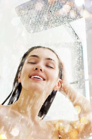 bañarse: una posición hermosa chica en la ducha