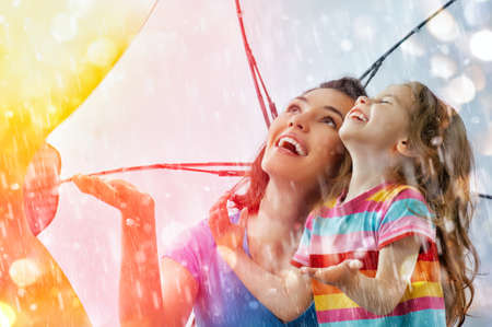 rain weather: la familia disfruta de la lluvia