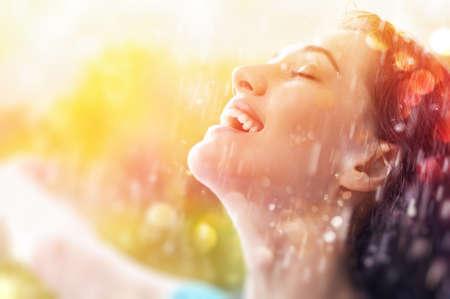 een glimlachende vrouw gelukkig regen Stockfoto
