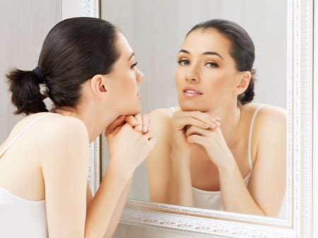 espejo: una chica de belleza en el fondo del espejo