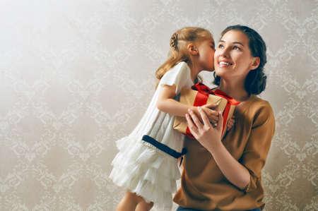 f�tes: famille heureuse avec le cadeau de No�l Banque d'images