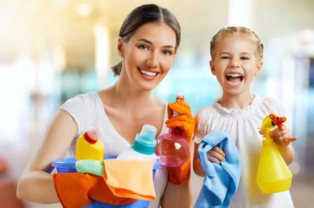 femme nettoyage: famille heureuse faire le nettoyage