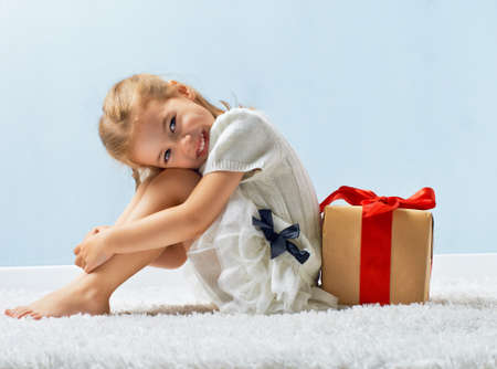 happy holiday: beauty childl with gift