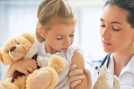 vacunaci�n: m�dico examinando a un ni�o en un hospital