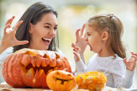 carving pumpkin: Madre e hija tallado de calabaza Foto de archivo