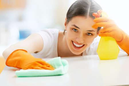 kesztyű: gyönyörű lány tisztítja a felület Stock fotó