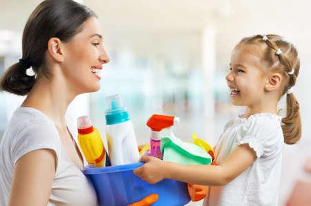šťastná rodina dělat úklid