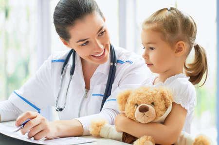arts de behandeling van een kind in het ziekenhuis Stockfoto