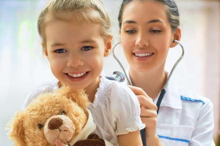 pediatra: médico examina uma criança em um hospital Banco de Imagens