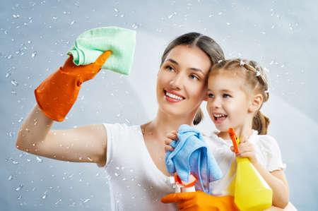 mujer limpiando: familia feliz hacer la limpieza