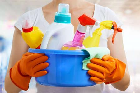 gospodarstwo domowe: Kobieta z opakowania detergentów Zdjęcie Seryjne