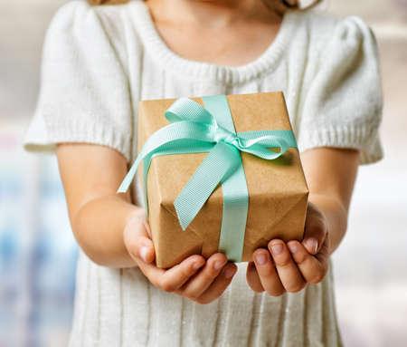menselijke handen die een geschenk