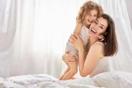 mama e hija: feliz madre sosteniendo a su hijo Foto de archivo