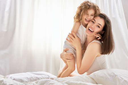 enfants: heureuse m�re tenant son enfant