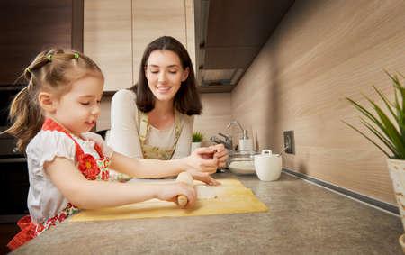 niños cocinando: para cocer al horno en la cocina