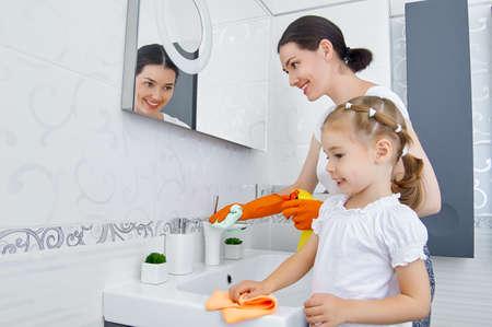madre trabajadora: familia feliz hacer la limpieza