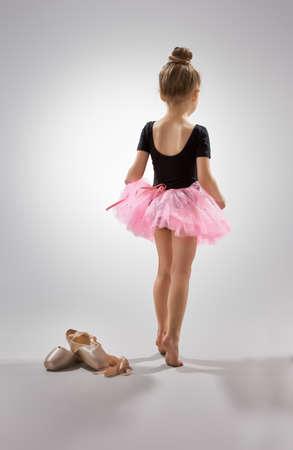 バレエで小さな女の子を果たしています。