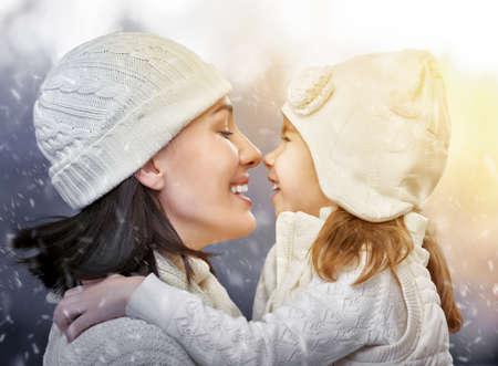 parejas felices: hija y madre son felices juntos