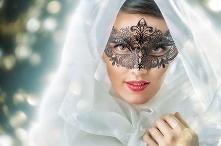 jolie fille: jolie fille dans la mascarade masque