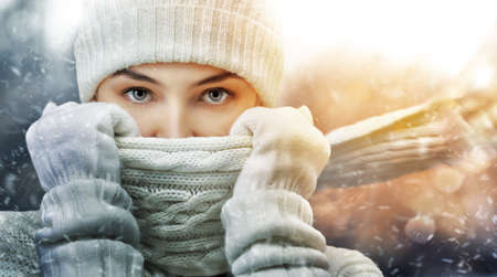resfriado: chica de belleza en el fondo de invierno