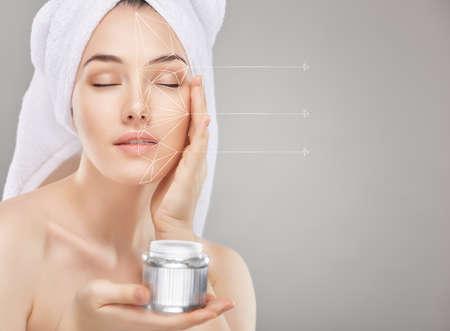 model  portrait: bella donna applicando la crema cosmetica