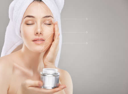 kavkazský: krásná žena použití kosmetického krému