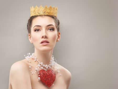 corona reina: hermosa mujer con el corazón rojo