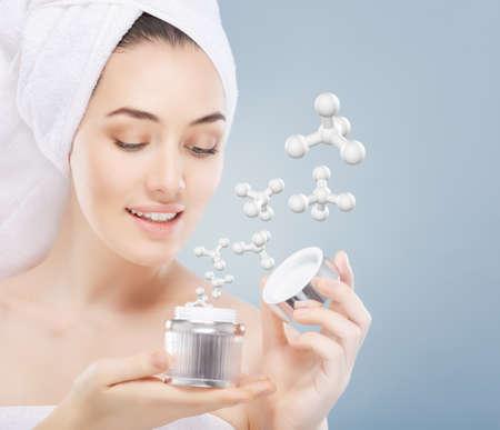 mooie vrouw toepassing van cosmetische crème Stockfoto