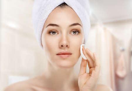화장품 크림을 적용하는 아름 다운 여자 스톡 콘텐츠