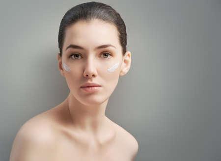 arrugas: belleza de la mujer en el fondo gris