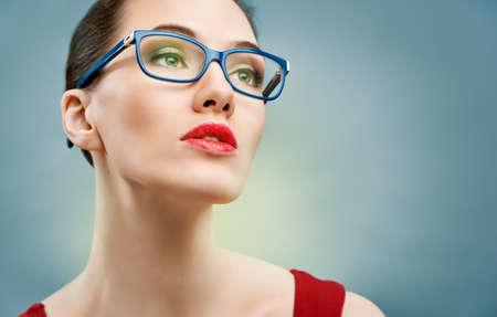 gafas: belleza de la mujer el uso de gafas