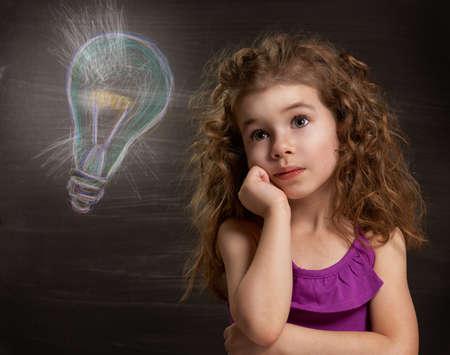 niños pensando: Niño de la belleza en la pizarra Foto de archivo