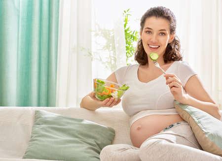 food woman: femme enceinte heureuse salade manger