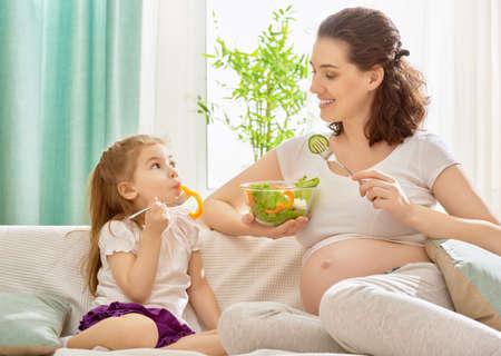 mujeres embarazadas: Mujer embarazada feliz con su hijo