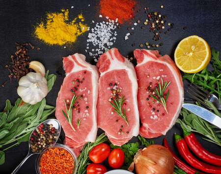 carnes y verduras: carnes y verduras sobre un fondo negro