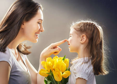 madre e hija: feliz madre sosteniendo a su hijo Foto de archivo