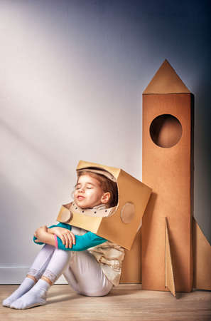 pensamiento creativo: niño está vestido con un traje de astronauta Foto de archivo