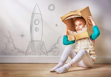 kind is gekleed in een astronaut kostuum