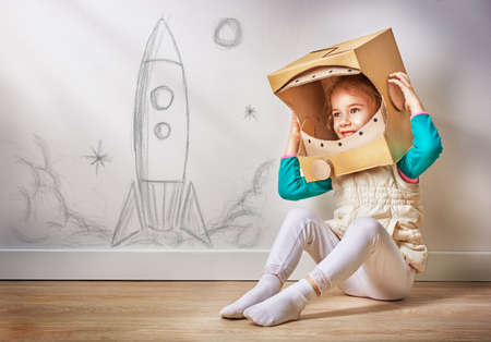 ni�os pensando: ni�o est� vestido con un traje de astronauta Foto de archivo