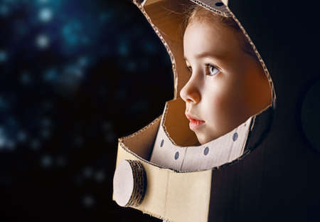 universum: Kind im Astronautenkostüm