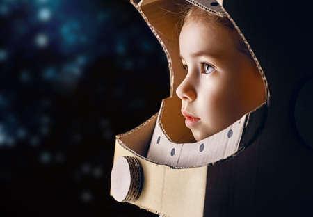 kinderen: kind is gekleed in een astronaut kostuum