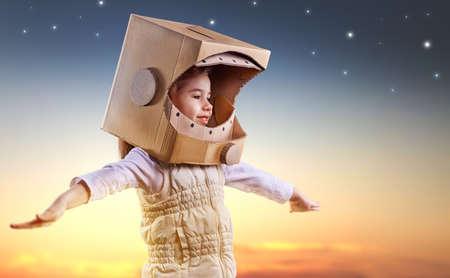 astronauta: niño está vestido con un traje de astronauta Foto de archivo