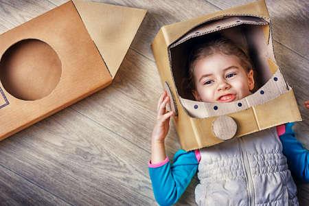 dítě je oblečený v kostýmu astronauta Reklamní fotografie