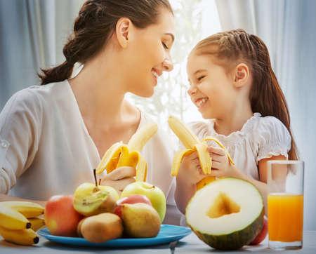 familia feliz comiendo fruta fresca
