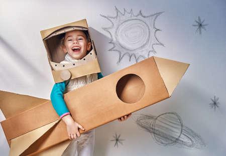 kinderschoenen: kind is gekleed in een astronaut kostuum
