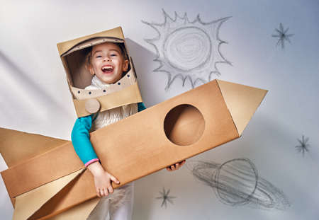 cohetes: ni�o est� vestido con un traje de astronauta Foto de archivo