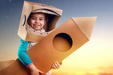 子は、宇宙飛行士の衣装に身を包んだ 写真素材