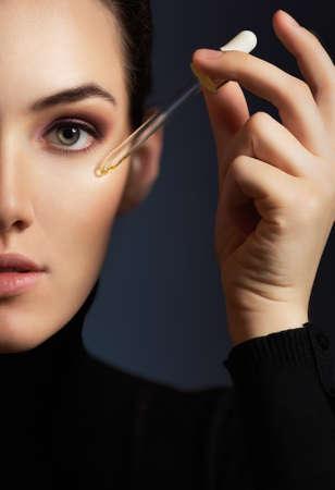 tratamientos faciales: mujer de belleza en el fondo oscuro