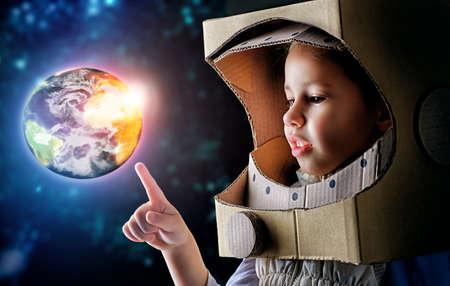 enfants: enfant est v�tu d'un costume d'astronaute