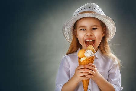 comiendo helado: niña comiendo helado